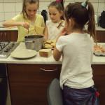 Sabinka, Kika a Dominika pripravujú večer - chleba vo vajci